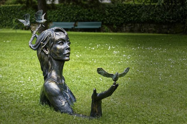 socha v trávě