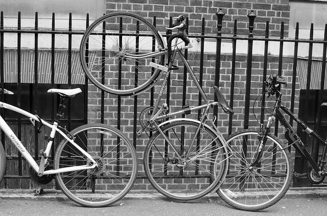 dvě kola opřená o železný plot